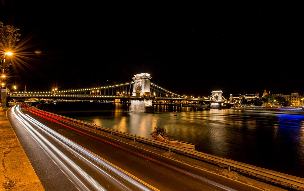 Budapest-Chain-Bridge-by-Night.jpg
